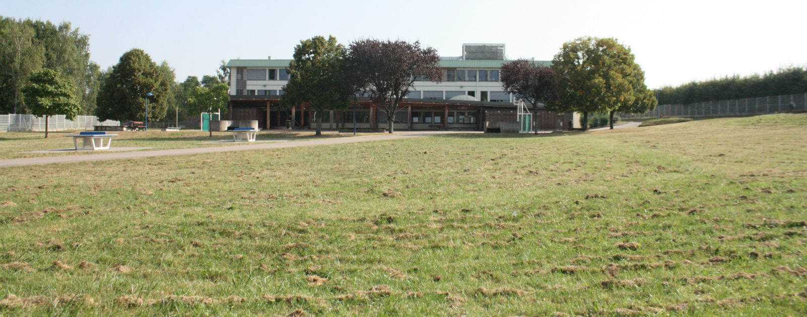 Un collège situé dans un vaste espace verdoyant